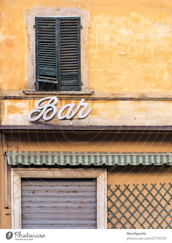 il bar é chiuso Italien Stadtzentrum Altstadt Haus Mauer Wand Fassade Fenster Tür alt ästhetisch historisch retro gelb geschlossen Café Lokal Bar Rollladen