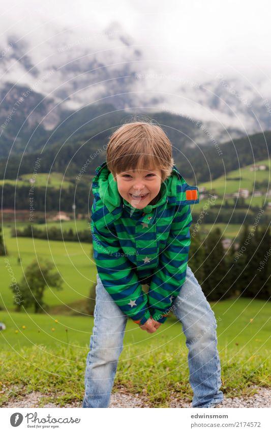 Hallo Freunde Ausflug Berge u. Gebirge maskulin Kind 1 Mensch Sommer Herbst Nebel Wald Jacke blond kurzhaarig Lächeln Blick stehen frech frei Fröhlichkeit klein