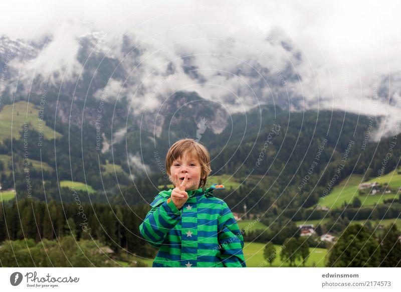 Peace Ausflug Berge u. Gebirge maskulin Kind Junge 1 Mensch Sommer Herbst Nebel Wald Jacke kurzhaarig Lächeln Blick stehen frech frei klein natürlich niedlich