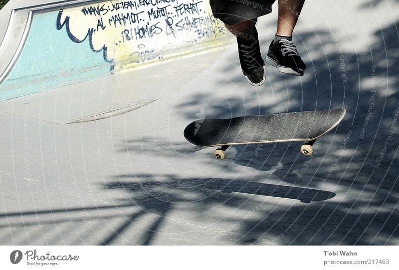 pop it up Mensch Graffiti Sport Bewegung springen Beine hoch maskulin Coolness Schönes Wetter Skateboarding drehen sportlich Skateboard Jugendkultur Straßenkunst