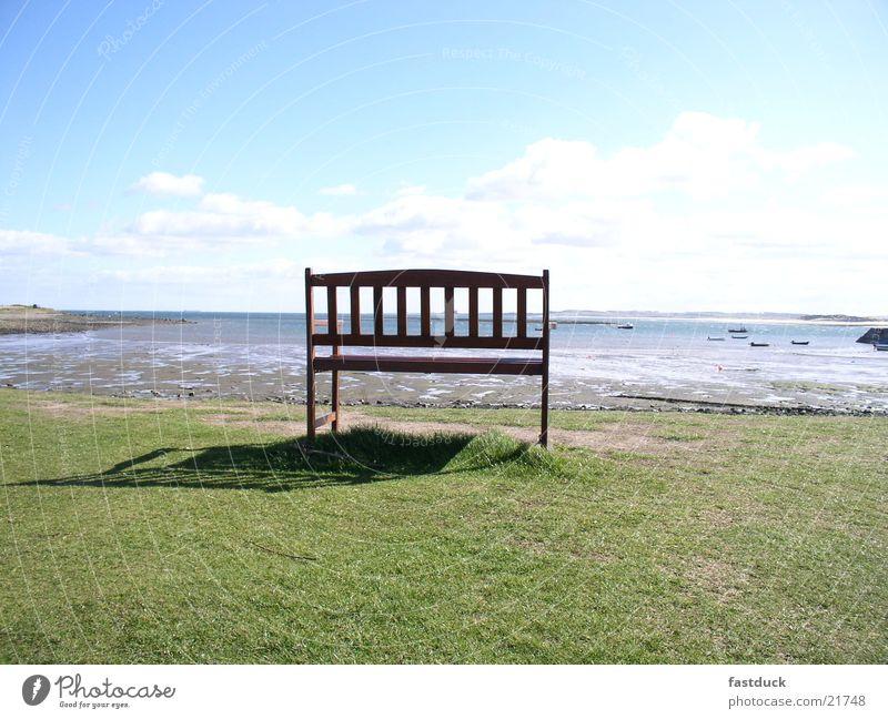 einsame Schönheit Schottland Großbritannien Küste Strand grün Meer holy island silllleben Bank Rasen blau Wasser