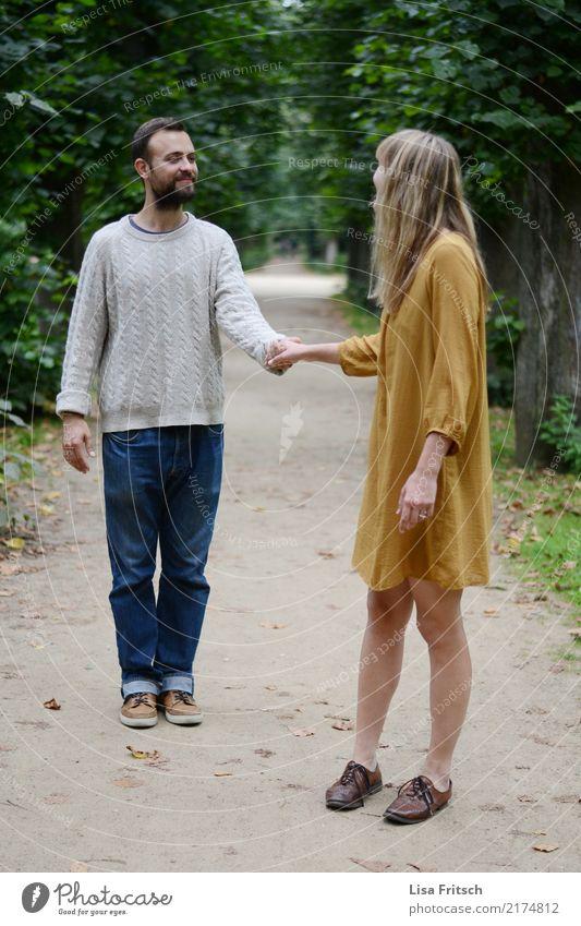 Na komm her! Paar Partner Erwachsene Leben 2 Mensch 18-30 Jahre Jugendliche Baum Park Kleid Bart berühren Kommunizieren Lächeln Blick stehen Glück trendy