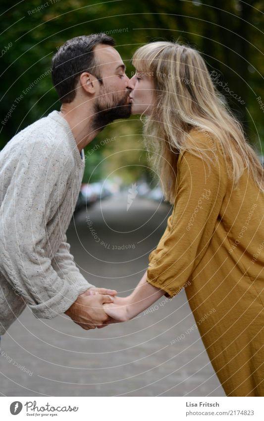 Kuss Junge Frau Jugendliche Junger Mann Paar Partner 2 Mensch 18-30 Jahre Erwachsene Straße Wege & Pfade langhaarig Bart berühren Küssen Liebe Zusammensein