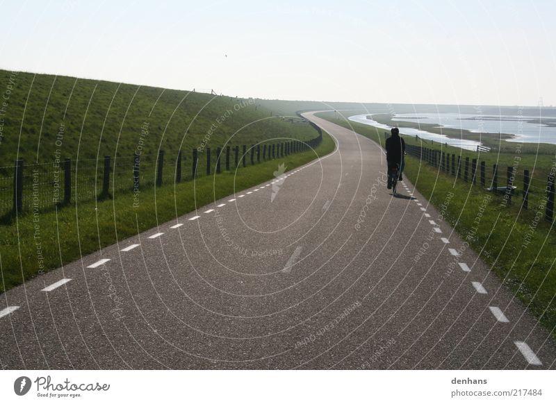 so weit, so gut Mensch Himmel Natur grün Ferien & Urlaub & Reisen Sonne Ferne Straße Landschaft Bewegung grau Gras Wege & Pfade See Linie Horizont