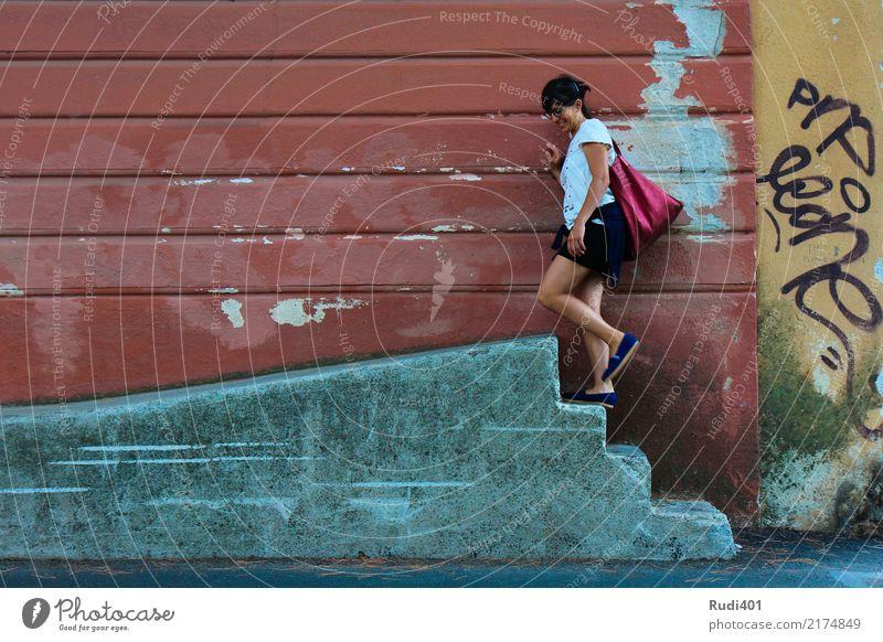 Hinauf Mensch Frau alt Stadt rot Erwachsene Wand gehen Treppe Neugier Irritation skurril Straßenkunst Tasche Accessoire sinnlos