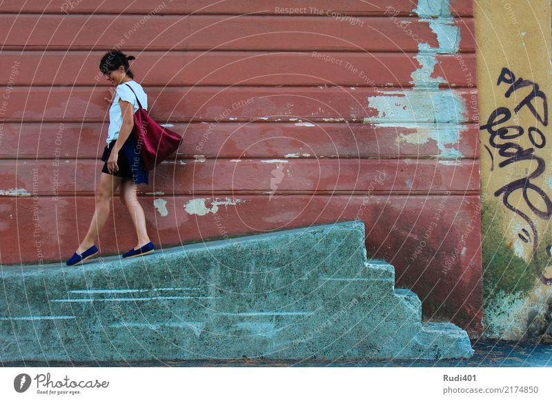 Hinab Mensch Frau Erwachsene Tanzen Treppe Accessoire Tasche gehen rot Neugier skurril Stadt Irritation schreiten sinnlos abwärts Straßenkunst mehrfarbig alt