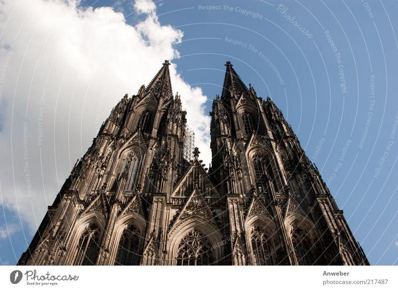 Kölner Dom Himmel Wolken Schönes Wetter Nordrhein-Westfalen Deutschland Europa Skyline Kirche Bauwerk Gebäude Architektur Sehenswürdigkeit Wahrzeichen Denkmal