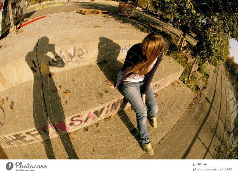 Schatten meiner selbst Mensch Jugendliche Sonne feminin Graffiti Zusammensein sitzen Treppe Perspektive Jeanshose brünett genießen hängen Flussufer Zusammenhalt