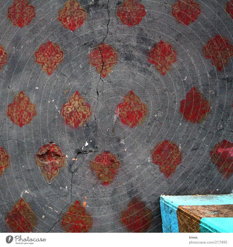 [HH10.1] - Mauerblümchen Außenaufnahme Putz Wand grau rot Ornament Kiste blau Goldband regelmässig Strukturen & Formen Ordnung Riss glänzend Kunst Farbe