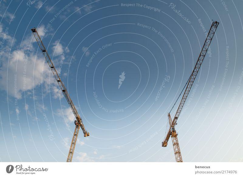 funkstille Himmel blau uneinig Feindseligkeit Baukran Kran Baustelle entgegengesetzt Wegsehen Symmetrie Krantechnik Farbfoto Außenaufnahme Textfreiraum Mitte