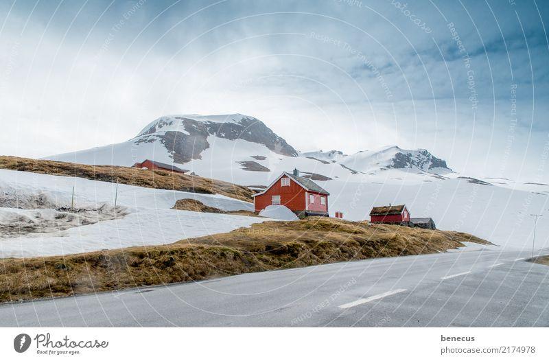 Rückzugsort Umwelt Natur Landschaft Pflanze Erde Himmel Wolken Winter Berge u. Gebirge rot ruhig Norwegen Haus Holzhaus Norweger Skandinavien Einsamkeit