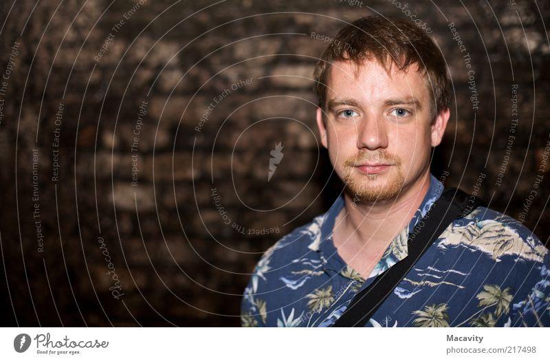 F für Fertrauen Mensch Mann Jugendliche Wand Mauer Zufriedenheit blond Erwachsene maskulin Vertrauen Bart Hemd Pony kurzhaarig Junger Mann Männergesicht