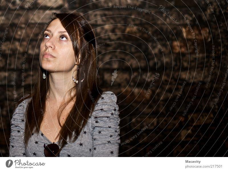 Sternchen & Sonnenbrille Mensch Jugendliche schön feminin Wand Mauer Denken braun warten Erwachsene entdecken Frau Langeweile brünett Blick nach oben