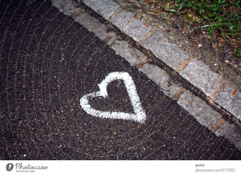Herz verloren!? weiß grün Liebe schwarz Straße Gras Stein Herz Asphalt Zeichen Optimismus Kunstwerk Straßenrand Straßenkunst Kultur