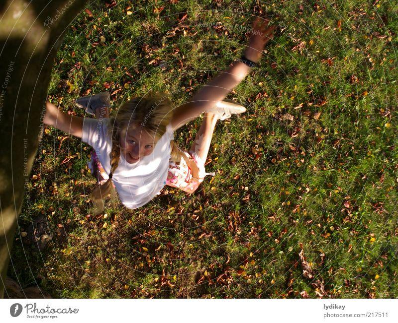 juchu Mädchen Kindheit Natur Luft Herbst Schönes Wetter Blatt Wiese blond langhaarig Bewegung lachen Spielen springen toben frech frei Fröhlichkeit verrückt