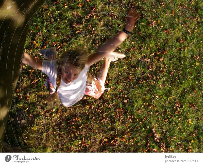 juchu Natur Jugendliche Mädchen Freude Blatt Wiese Leben Herbst Spielen Bewegung lachen springen Glück Luft Kindheit blond
