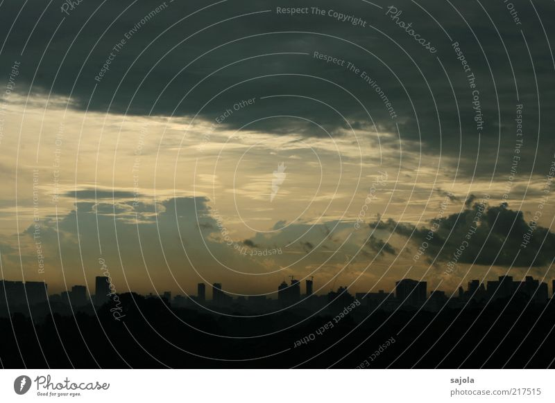 aussichten Himmel Wolken Wetter Singapore Asien Südostasien Hauptstadt Stadtzentrum Skyline Hochhaus leuchten Aussicht Farbfoto Außenaufnahme Textfreiraum oben