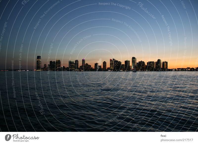 Skyline at dusk - New Jersey is not far from York Stadt blau Haus Ferne Wellen Hochhaus USA Skyline Amerika New York City Wasseroberfläche Städtereise Blauverlauf New Jersey