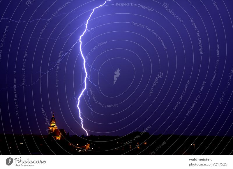 Blitzeinschlag blau Angst groß Elektrizität gefährlich beobachten gruselig hören Skyline Gewitter Unwetter Urelemente gigantisch Langzeitbelichtung