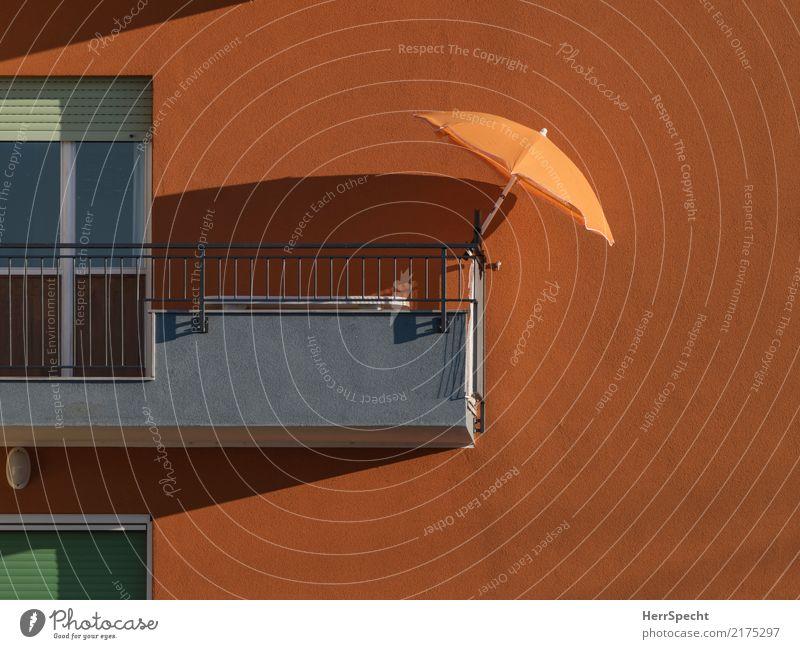 Balkonien hat bald Pause Sommer Stadt Erholung Haus ruhig Architektur Wand Gebäude Mauer orange Linie Wohnung Häusliches Leben Zufriedenheit Lebensfreude