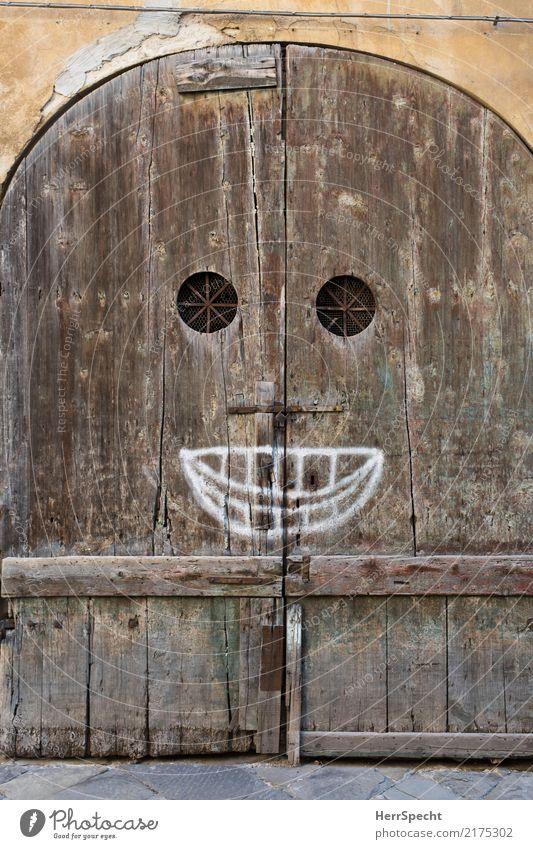 :) Italien Toskana Stadtzentrum Altstadt Haus Bauwerk Gebäude Mauer Wand Treppe Tür Holz Zeichen Graffiti alt historisch lustig braun Smiley Mund Lächeln