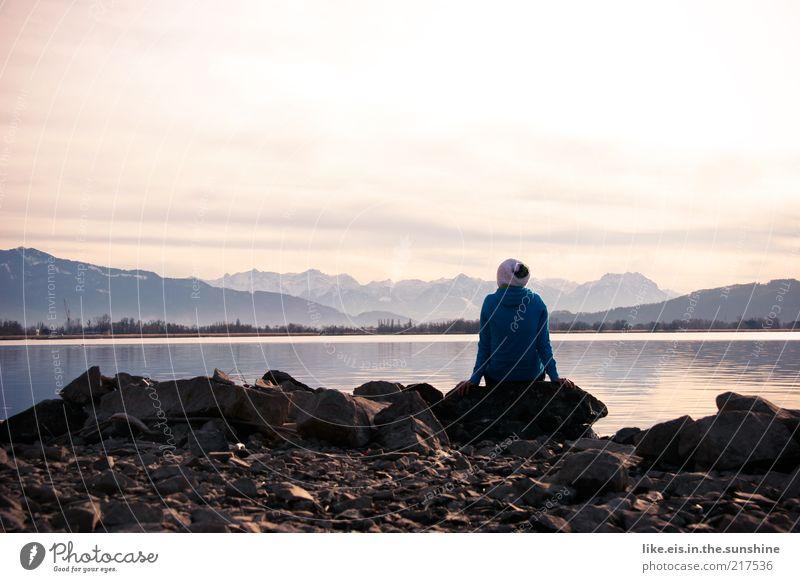 hmmmmmm Mensch blau Winter Einsamkeit ruhig Ferne Erholung Landschaft Berge u. Gebirge Freiheit Stein See Horizont Zufriedenheit Felsen sitzen
