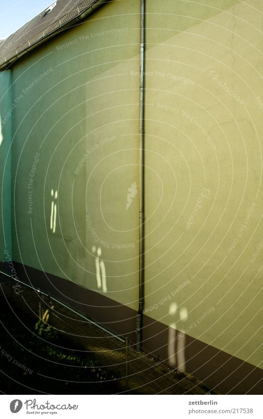 Wand Stil Dorf Kleinstadt Haus Einfamilienhaus Mauer Fassade Fenster Fensterkreuz Reflexion & Spiegelung Regenrinne Fallrohr Durchgang Dach Farbfoto