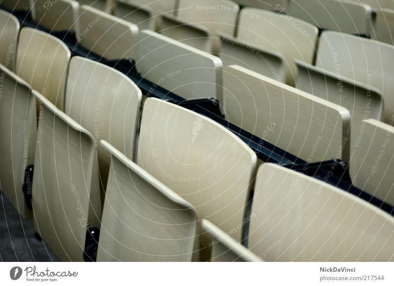 Semesterferien grau Schule Studium leer Schulgebäude trist Stuhl Bildung Karriere Sitz Sitzreihe Hörsaal Stuhllehne Klassenraum aufklappen Holzstuhl