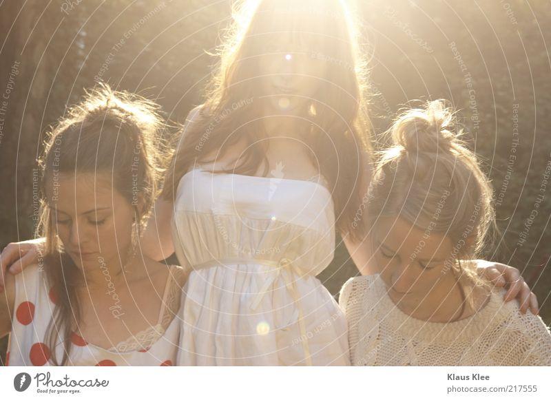 URBANSUMMERTONES . Gesicht feminin Frau Erwachsene Jugendliche 3 Mensch 18-30 Jahre Jugendkultur Sonne Schönes Wetter Mode Bekleidung Haare & Frisuren genießen