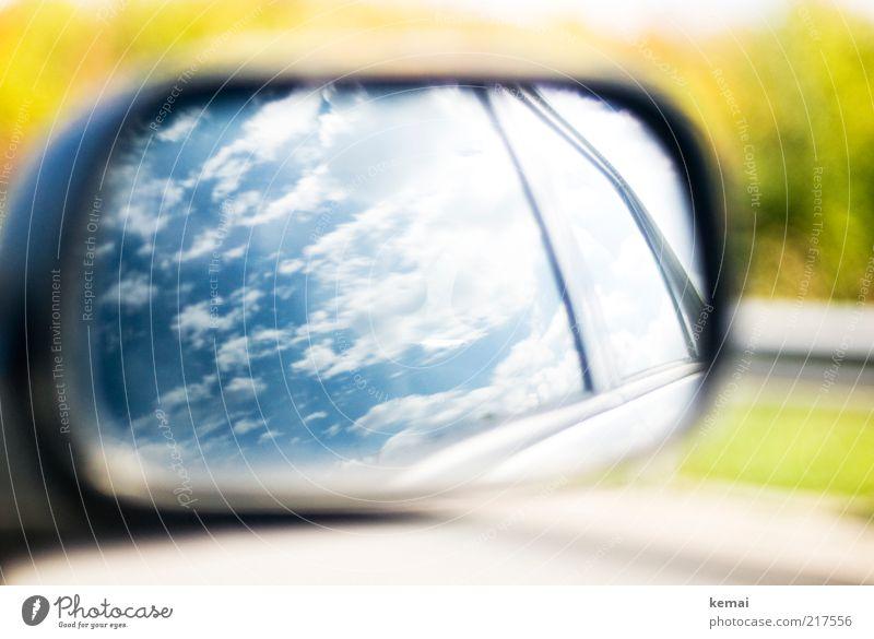 Himmel über der Autobahn weiß grün blau Sommer Wolken Umwelt PKW Verkehr Klima Autofenster Spiegel Schönes Wetter Autofahren Personenverkehr