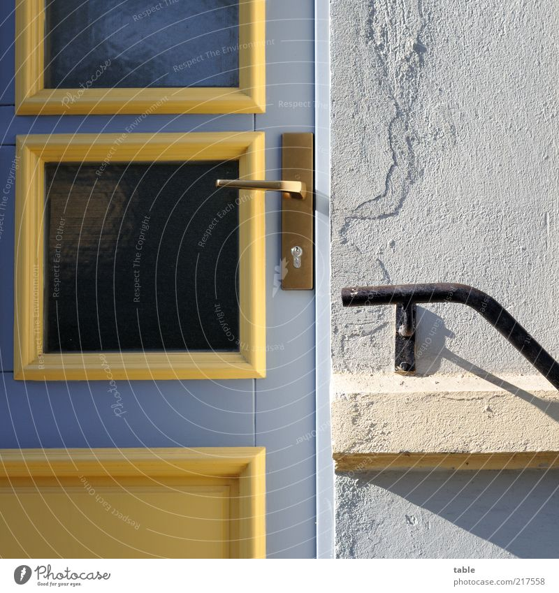 keiner zuhause Häusliches Leben Haus Mauer Wand Tür Eingangstür Schloss Griff Fassade Treppengeländer Fensterscheibe Glas Stein Holz Metall blau gelb grau weiß
