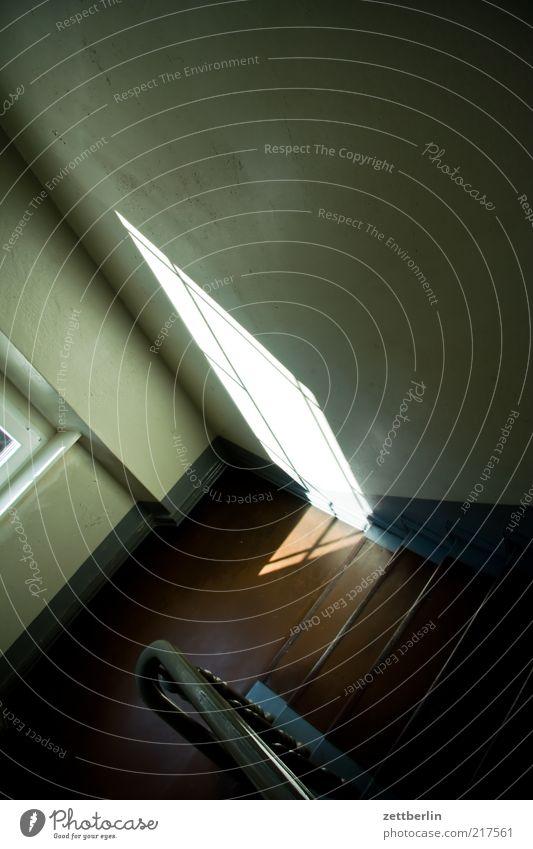Treppenhaus Haus Bauwerk Gebäude Architektur Mauer Wand alt dunkel hell Traurigkeit Sorge Oktober Treppenabsatz Treppengeländer Geländer Fenster Fensterkreuz