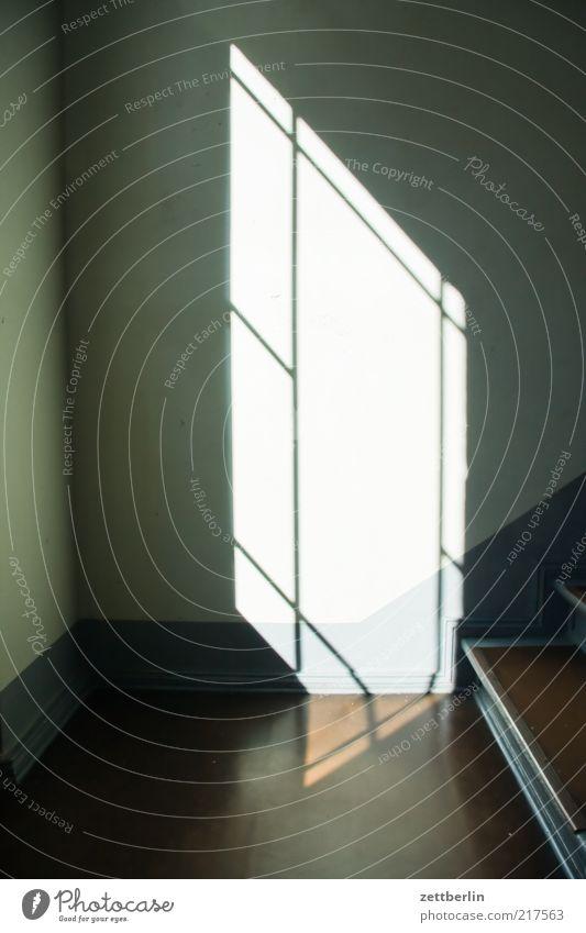 Paralleluniversum alt Haus dunkel Wand Traurigkeit Mauer Gebäude hell Architektur Treppe Innenarchitektur Bauwerk Sorge
