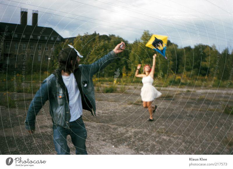 AND LET YOUR KITES RISE . Mensch Jugendliche grün Freude Leben feminin Freiheit springen Stil Erwachsene Freizeit & Hobby laufen Beton maskulin Elektrizität Sträucher