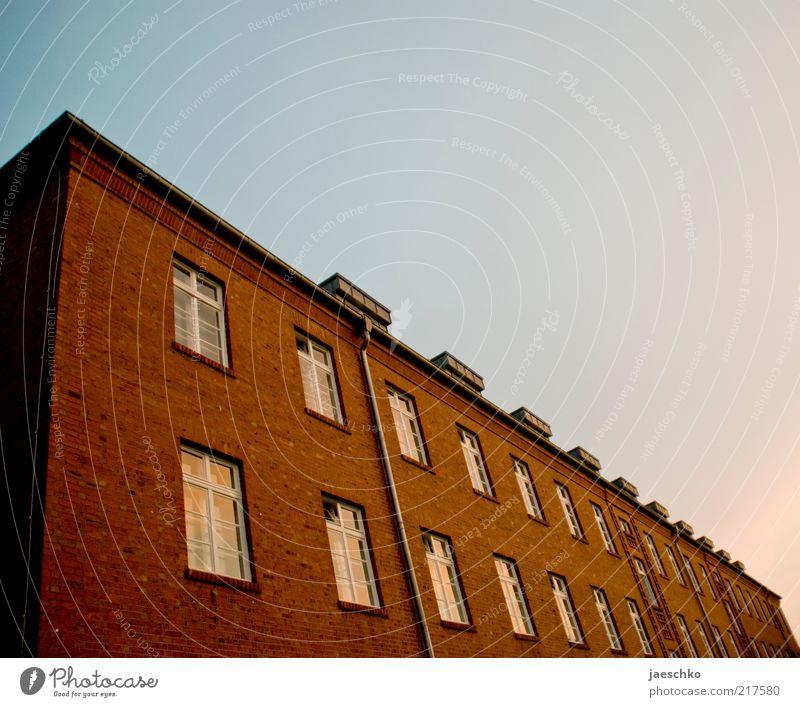Kasernenflucht Haus Bauwerk Gebäude Architektur Fenster ästhetisch rot standhaft stagnierend Surrealismus Backstein groß Militärgebäude alt historisch