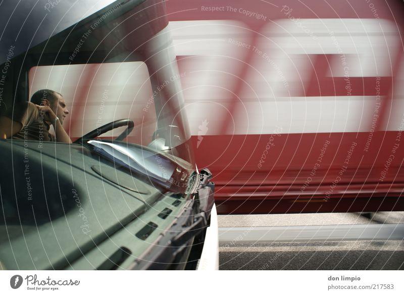 hier gehts nicht weiter Mensch Mann rot Straße warten Erwachsene Zeit Verkehr Perspektive Güterverkehr & Logistik Pause Schriftzeichen beobachten Lastwagen