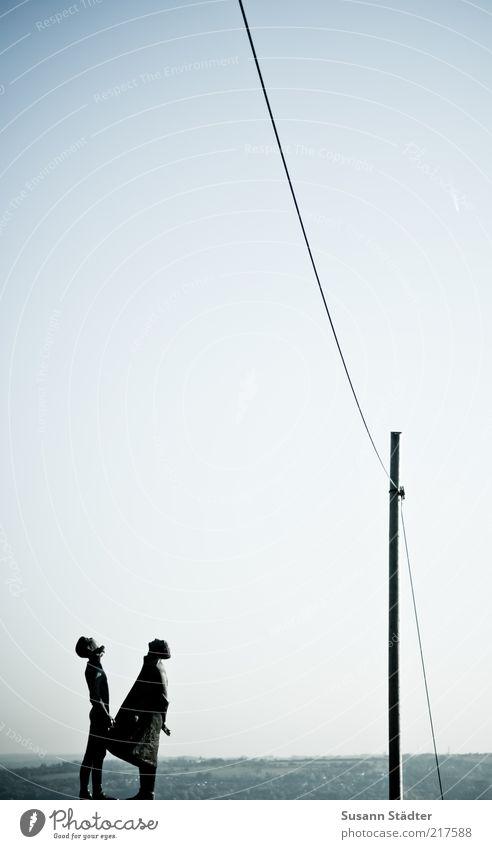 HansundFranzguckindieLuft Mensch Himmel Mann Erwachsene oben Paar maskulin Schönes Wetter Kabel beobachten Denkmal Statue Strommast Wolkenloser Himmel Blauer Himmel himmlisch