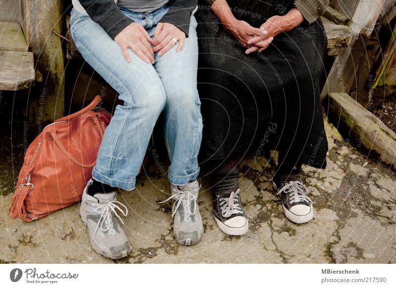 Die Turnschuhgeneration? Frau Mensch Hand Jugendliche alt Senior sprechen Fuß Freundschaft Beine Zufriedenheit Erwachsene Familie & Verwandtschaft sitzen ästhetisch Jeanshose