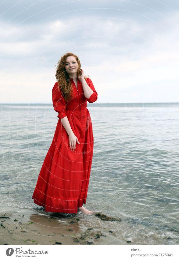 Nina feminin Frau Erwachsene 1 Mensch Wasser Himmel Wolken Küste Ostsee Kleid Barfuß rothaarig langhaarig Locken beobachten Erholung Lächeln Blick stehen warten