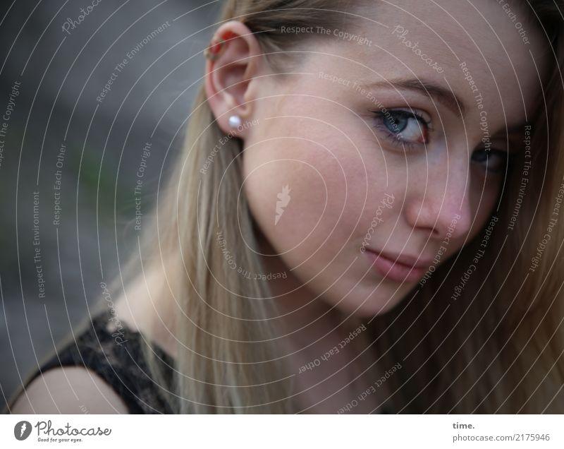 . Mensch Frau schön dunkel Erwachsene Gefühle feminin Denken blond warten beobachten Neugier Schutz Sicherheit T-Shirt Konzentration