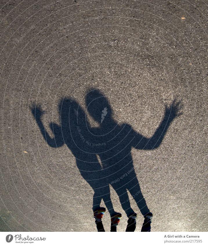 mit der Sonne im Nacken freuen wir uns Mensch Kind Jugendliche Hand Mädchen schwarz grau Freundschaft lustig Kindheit Zusammensein Schuhe Finger Coolness einzigartig Asphalt