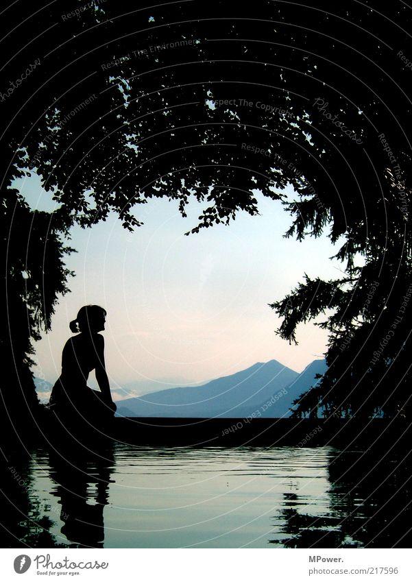 Lago Maggiore III Frau Pflanze Himmel (Jenseits) schön Wasser Junge Frau Baum Erholung Landschaft Blatt ruhig schwarz Berge u. Gebirge See Horizont sitzen