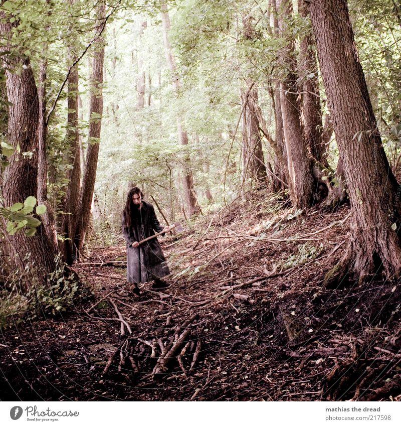 DIE AXT IM WALDE Mensch maskulin Umwelt Natur Landschaft Pflanze Baum Wildpflanze Wald stehen Aggression dunkel gruselig trashig Axt Mantel wild gefährlich Ast
