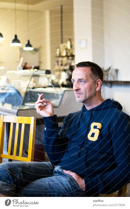 [H10.1]Signor Rossi Mensch Mann blau ruhig Erholung träumen Erwachsene maskulin sitzen Jeanshose Rauchen Café Bart Zigarette Langeweile Porträt