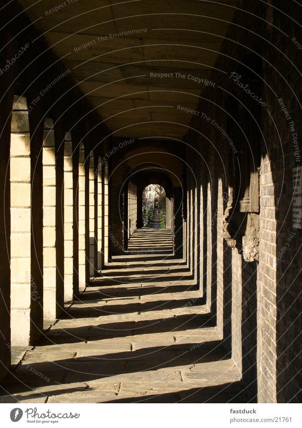 Sonnengang Nachmittag historisch Friedhof in London Gang