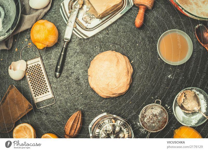 Frischer Teig auf dem Küchentisch mit Zutaten Stil Lebensmittel Design Häusliches Leben Ernährung Tisch Geschirr Kuchen Ei Brot Schalen & Schüsseln Teller