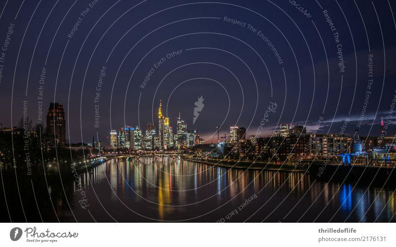 Frankfurt, Skyline am Abend Flussufer Stadt Stadtzentrum Haus Hochhaus Bankgebäude Brücke Architektur Sehenswürdigkeit Wahrzeichen ästhetisch hell hoch kalt