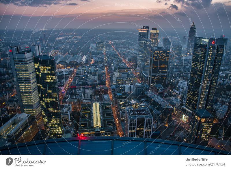 Frankfurt, Skyline am Abend Stadt Stadtzentrum bevölkert Hochhaus Bankgebäude Bahnhof Bauwerk Gebäude Architektur Verkehr Straße Straßenkreuzung