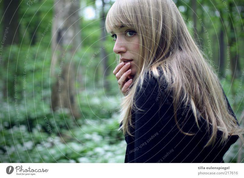 lost Frau Mensch Natur Jugendliche Hand grün schön Einsamkeit Wald kalt dunkel feminin Erwachsene Angst blond
