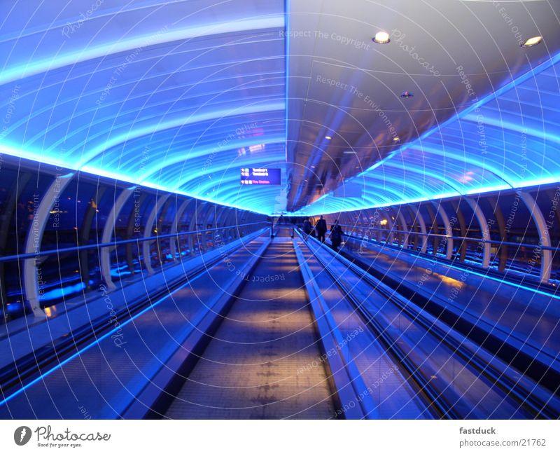 Lost in Manchester England neonblau Großbritannien Tunnel Luftverkehr Flughafen Licht Bewegung blue lights